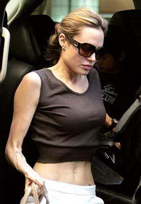 Şu sıralar hamile olan Angelina Jolie'nin aşırı zayıflığı kanser olduğuna dair söylentilere bile yol açtı.
